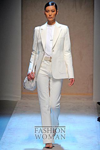 белый костюм в мужском стиле от Salvatore Ferragamo