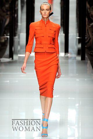 Яркий костюм от Versace весна-лето 2011