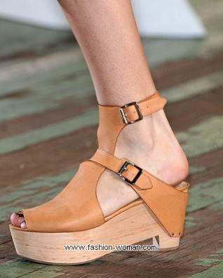 Модная обувь на деревянной подошве