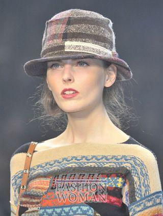 modnie shlyapi osen zima 2011 2012 17