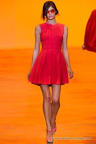 модное маленькое красное платье