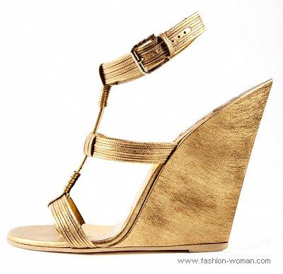 Модные золотые босоножки на танкетке от Yves Saint Laurent