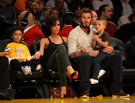 Виктория Бекхем с семьей на баскетболе