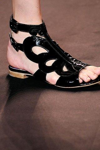 модные сандалии от Anna Sui