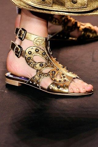 модные золотые сандали