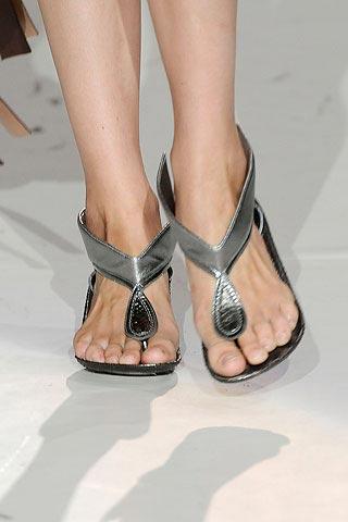 серебрянные сандалии