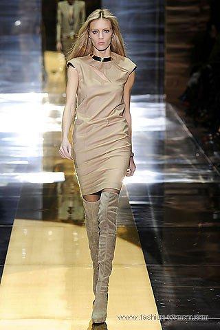 модное бежевое платье и ботфорты от Gucci