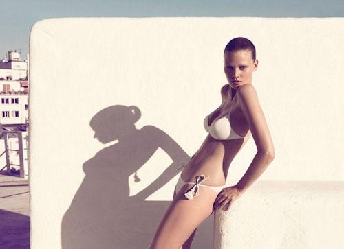 Лара Стоун в бежевом купальники