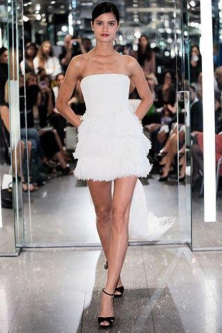 белое платье с бахромой от Azzaro