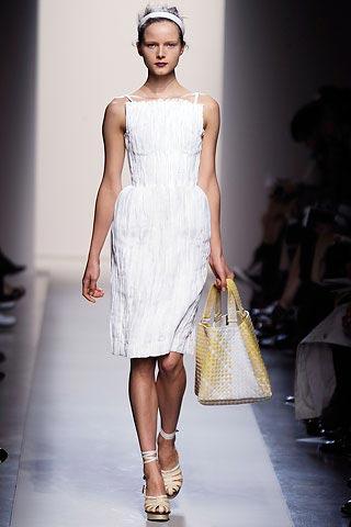 маленькое белое платье от Bottega Veneta