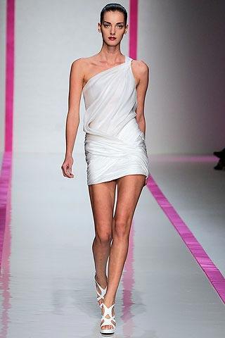 маленькое белое платье от Emanuel Ungaro