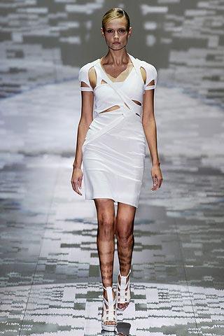 маленькое белое платье от Gucci