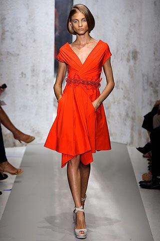 красное платье от Donna Karan