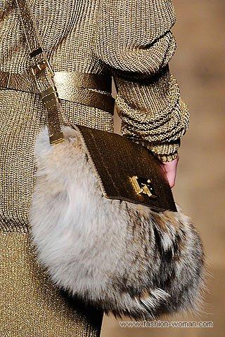 Модная сумка из меха от Майкл Корс