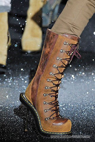 Модные сапоги на шнуровке от John Galliano