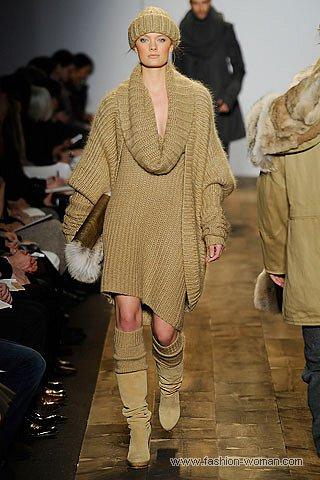 Бежевое трикотажное платье зима 2011