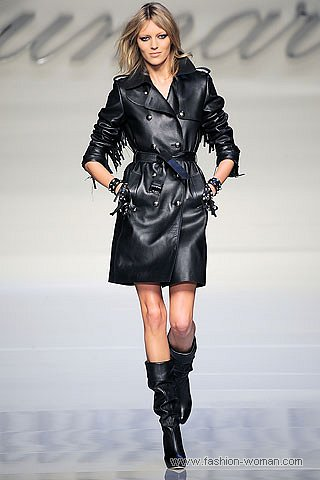 модный черный кожаный плащ