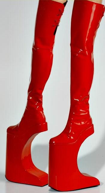 необычные красные сапоги