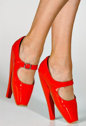 необычные красные туфли