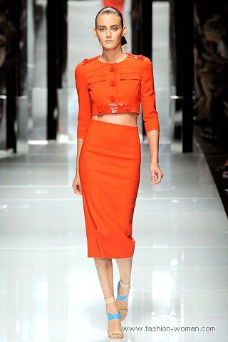 Модный оранжевый костюм от versace