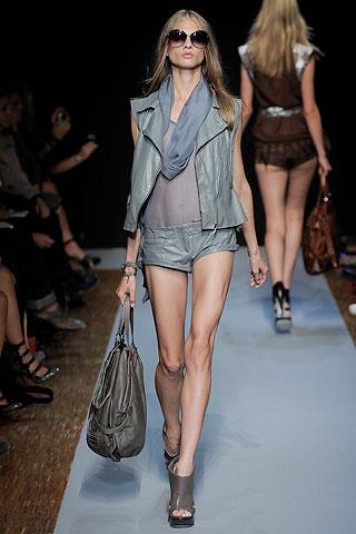 кожаные короткие шорты от Costume National