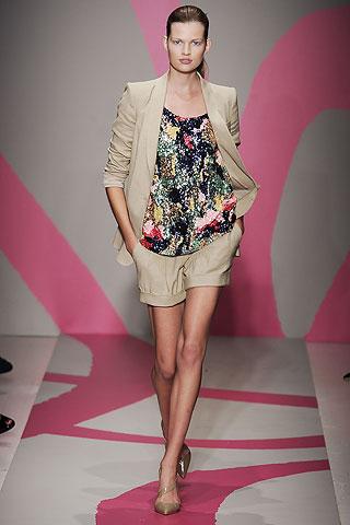 бежевые шорты с отворотами от DKNY