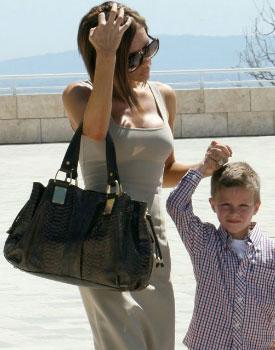 Виктория Бекхэм с сумкой от Michael Kors.