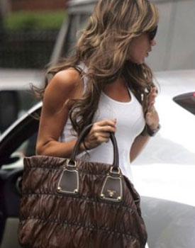 Виктория Бекхэм с сумкой Прада