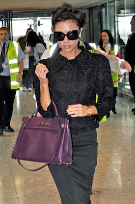 фиолетовая сумкам Виктории Бекхэм