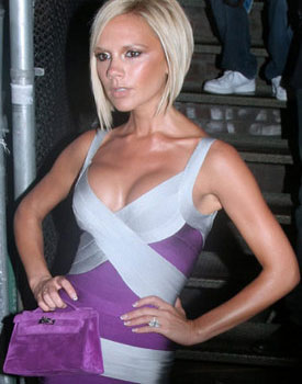 Виктория Бекхэм с маленькой сиреневой сумочкой