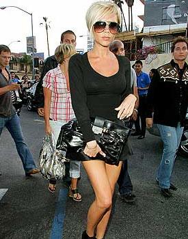 Виктория Бекхэм с черным клатчем фото