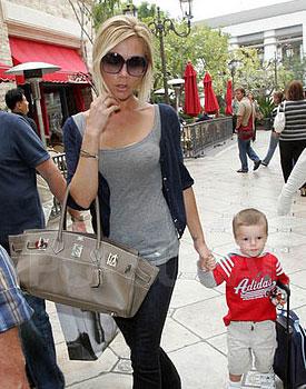 Виктория Бекхем с серой сумкой