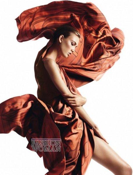 Карли Клосс в рекламной кампании платков Hermès фото №4