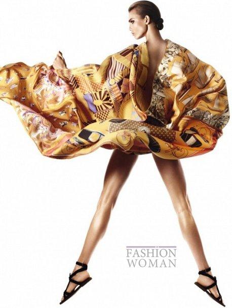 Карли Клосс в рекламной кампании платков Hermès фото №10
