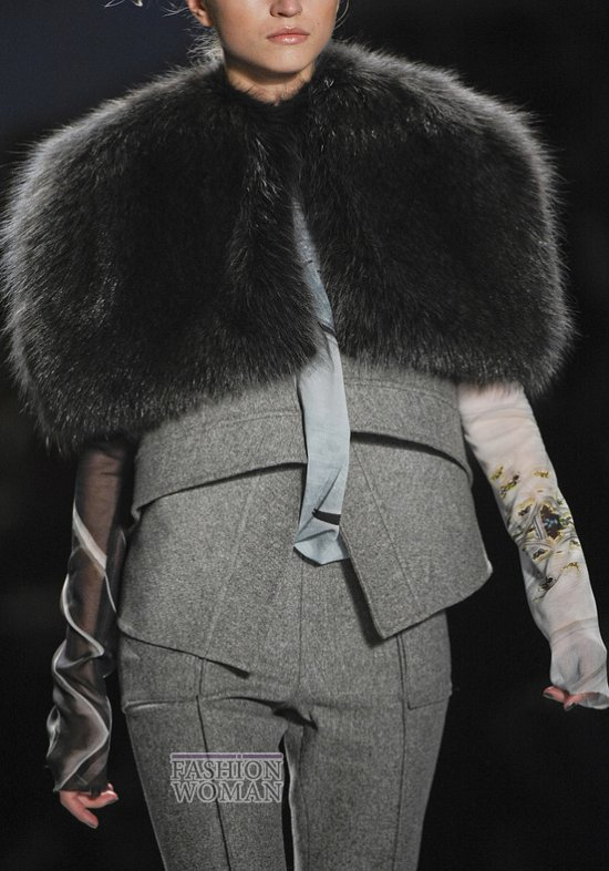 Меховой воротник - модный тренд сезона фото №10