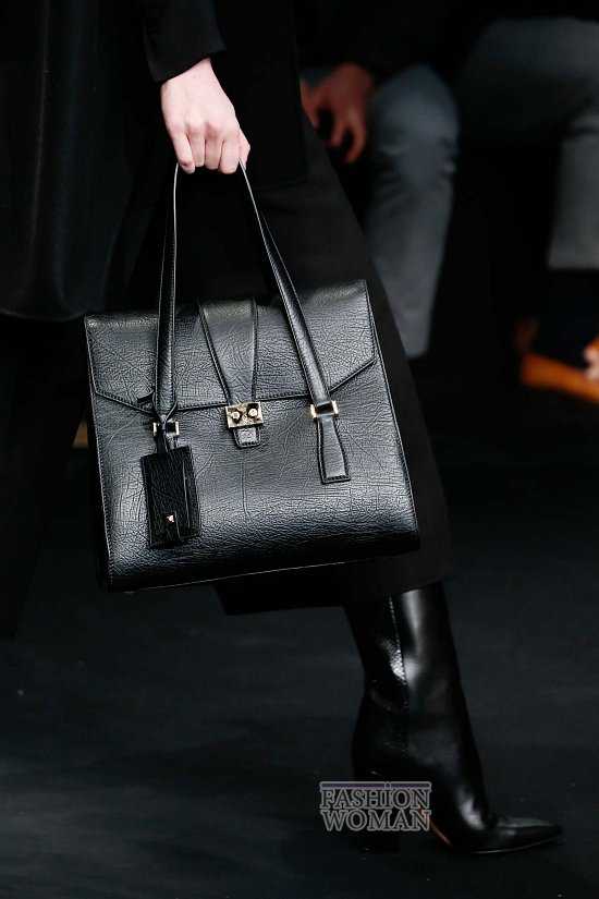 """Еще один популярный вариант - модели с ручкой-ремнем на  """"лице """" сумки. .  Этот вариант считают наиболее удобным..."""